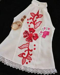 La imagen puede contener: texto Cute Dresses, Summer Dresses, Flower Embroidery Designs, Jojo Bizarre, Beautiful Earrings, Fashion Outfits, Womens Fashion, Crochet, Chic
