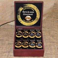 """#Curiosidade #Chocolates #gourmet #fazendajupara  Sobre os chocolates Gourmet, originalmente, o termo """"gourmet"""" se destinava aos bons apreciadores de vinho, mas hoje em dia está relacionado a alta cozinha, que une arte e culinária. Normalmente, a produção desse tipo é feita menos industrialmente, pois visa ressaltar os sabores do cacau, como prioridade na escolha de todas as matérias-primas do fruto à decoração, tudo é pensado no conjunto. #fonte #Mdemulher #Chocolates #gourmet…"""