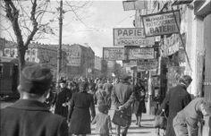 Warszawa, październik 1947. Przechodnie na ulicy Targowej na Pradze w pobliżu Bazaru Różyckiego. W tle skrzyżowanie z ulicą Ząbkowską.