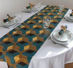 Plain tablecloth with patterned runner African print table Setting African Wedding Theme, African Theme, African Interior Design, African Design, Traditional Wedding Decor, African Accessories, African Home Decor, Deco Originale, Mo S