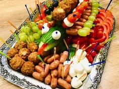 Toothpick Appetizers, Healthy Finger Foods, Food Art For Kids, Charcuterie And Cheese Board, Snacks Für Party, Bratwurst, Food Design, Fruit Salad, Kids Meals