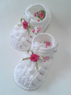 51 ideas crochet sweater girl boot socks for 2019 Booties Crochet, Crochet Baby Boots, Crochet Baby Sandals, Crochet Baby Clothes, Crochet Shoes, Christening Shoes, Baby Booties Free Pattern, Baby Girl Crochet Blanket, Baby Sewing Projects