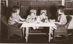 Les petites filles jouaient à la dînette avec leurs poupées.