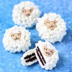 OREO SHEEP Cookies: Dip Oreo Cookies in white chocolate then toss on lots of tiny marshmallows and a candy lamb head. These Oreo Sheep make the perfect Easter treat. Easter Cookies, Easter Treats, Oreo Cookies, Fest Des Fastenbrechens, Marshmallows, Chocolate Blanco, White Chocolate, Slush Recipes, Chocolate Covered Oreos