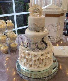 My first ever wedding cake, loved this one. Matching cupcakes too