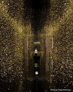 En la Trienal de Milan presentamos una instalacion con el tema LIGHT is TIME. Es obra del equipo de diseno de CITIZEN junto con Tsuyoshi Tane (DGT), un arquitecto que centra sus actividades en Paris. Utilizando 80 mil platinas de reloj se crea un ambiente mistico
