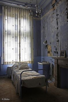 Untitled 391, abandoned bedroom by Phileo1