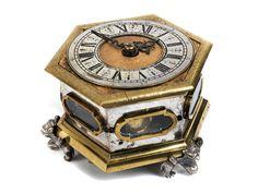Höhe: 9,5 cm. Breite: 16 cm. Anfang 18. Jahrhundert. WERK Gehwerk mit Spindelhemmung, Kette und Schnecke. Schlagwerk auf Glocke. Die Rückplatine signiert:...