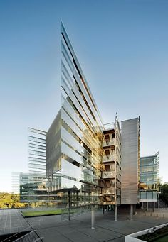 Francis-Jones Morehen Thorp in association with Archimedia designed this impressive piece of modern architecture, new building for Business School and teaching complex on University of Auckland in New Zealand. Futuristic Architecture, Facade Architecture, Contemporary Architecture, Amazing Architecture, Amazing Buildings, Modern Buildings, Building Structure, Building Design, Glass Building