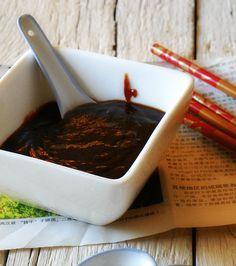 Salsa Hoisin: 100 mililitros de salsa de soja. (que sea densa y fuerte) 1 cdita de maizena, 1 cdita de miel de romero. 50 ml de vinagre de vino blanco,o vinagre de arroz que es mucho mejor para elaborarla. 1 cucharada de ajo molido fresco. 50 mililitros de aceite de sésamo o tahini ya preparado. (una cucharadita de café) 1 cucharada de salsa picante Perrins. 1 pizca de pimienta de cayena. 100 ml de agua mineral. 1/2 guindilla seca o un pellizco en polvo de cereza picante húngara o…