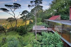 An icon of New Zealand modernism, the Brake House built in 1976 is stunning home nestled on a jungle like hillside. Sang Architects and the original owner