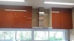 Cor e reflexo- vidro colorido sem medo de ousar!!A cor pode sim ser utilizada semse tornarcansativa! Ao invés de pintar paredes, uma opção é utilizar vidro colorido em painéis e portas de armário, por exemplo.Transparência, reflexo, cores vibrantes, luz, leveza, assepsia e magia. Esses são apenas alguns dos benefícios que ...