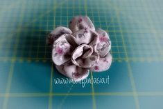 fiori di stoffa facili tutorial e spiegazioni - manifantasia Diy Rose, Fabric Flowers, Diy And Crafts, Recycling, Ribbon, Quilts, Sewing, Creative, Accessories