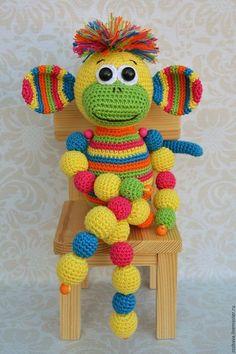 Обезьянка Кругляш игрушка вязаная крючком - купить или заказать в интернет-магазине на Ярмарке Мастеров | Авторская радужная игривая обезьянка связалась…