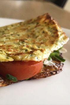 Zucchini Taler sind einfach in der Zubereitung, schmecken super lecker und sind ratzfatz fertig – versprochen 😉 Zucchini, Super, Lasagna, Ethnic Recipes, Food, Chicken Pasta, Simple, Essen, Meals