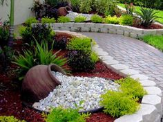 front yard landscape design 45 Beautiful DIY Garden Decoration Idea You Must Try - There are a number of different things you could do with a Tuscan garden d Landscaping With Rocks, Front Yard Landscaping, Courtyard Landscaping, Mulch Landscaping, Florida Landscaping, Landscaping Borders, Garden Ideas With Mulch, Mulch Ideas, Landscaping Software