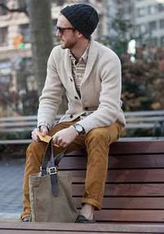オフホワイト色ショールカーディガン×キャメルパンツの着こなし(メンズ) | Italy Web