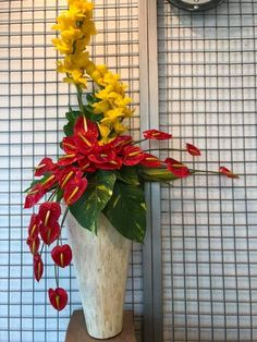 Hotel Flower Arrangements, Modern Floral Arrangements, Beautiful Flower Arrangements, Beautiful Flowers, Hotel Flowers, Altar Design, Backyard Wedding Decorations, Simple Centerpieces, Deco Floral