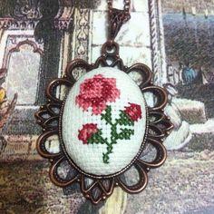 Etamin kolye Cross Stitching, Cross Stitch Embroidery, Embroidery Patterns, Hand Embroidery, Cross Stitch Patterns, Sewing Patterns, Small Cross Stitch, Cross Stitch Needles, Cross Stitch Rose