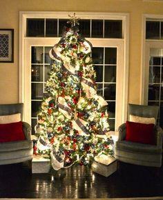 sapin de Noël illuminé de guirlandes lumineuses LED