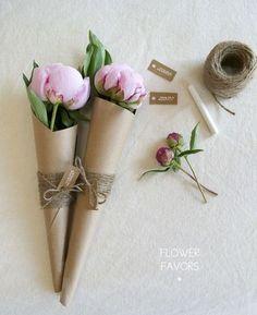 大輪の花の花首までクラフト紙で覆っただけで豪華なプレゼントに。ウエストマークした麻ひももおしゃれです。