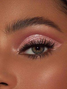 Roses are Red Glitter Eyes - 10 makeup Christmas hair ideas Makeup Eye Looks, Cute Makeup, Pretty Makeup, Skin Makeup, Eyeshadow Makeup, Makeup Eyebrows, Awesome Makeup, Prom Makeup, Glitter Makeup Looks
