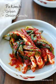 This easy kimchi made with tender green onions (also called scallions) is a favorite of mine. Green onions are called pa in Korean. Pa kimchi is popular in the spring, when the thin variety of green onions is in season. Korean Food Kimchi, South Korean Food, Korean Street Food, Potluck Recipes, Cooking Recipes, Drink Recipes, Asian Recipes, Healthy Recipes, Healthy Food