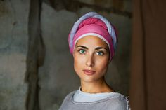 Steve McCurry is a photojournalist. His portrait of an afghan girl, published on the National Geographic is the most recognized photo the magazine has ever. Beautiful Eyes, Beautiful People, Beautiful Women, Photography Tips, Portrait Photography, Popular Photography, World Press Photo, Afghan Girl, Photo Composition