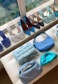 Bold and ice blue shoes and bags for fashion week styling Anzeige/Tag Winter Fashion Outfits, Diy Fashion, Fashion Bags, Ideias Fashion, Autumn Fashion, Fashion Weeks, London Fashion, Summer Outfits, Fashion Clothes
