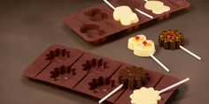 Hepimizin bayıldığı çikolatayı meraklı minikler Lolipop Çikolata Atölyesi'nde kendileri üreterek tükettiklerinin keyfine daha bir farklı varacaklar. 2-6 yaş arası miniklere yönelik bu atölye sadece gurme bir atölye değil aynı zaman da bir kimya dersi gibi...  https://www.meraklisiicin.com/cocuklar-icin-kurslar/mini-aktivite/cocuklar-icin-lolipop-cikolata-atolyesi