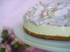OMG, en kestä miten ihana tästä tuli! Ensimmäiset sanat, jotka pääsivät suustani kun kakku, jonka resepti syntyi tehdessä oli valmis. Pidin Pop Up kahvilaa tänään Kauniaisissa kukkakauppa Ihana Kukkasessa ja tämä kakku oli suosituin kaikista kahdeksasta kakusta, joita kahvilassa oli tarjolla. Se myytiin loppuun ensimmäisen vartin aikana ja moni asiakas jäi harmittelemaan, ettei saanut omaa …