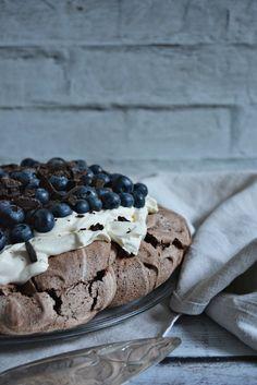 Wspominałam Wam już kiedyś, że obok brownie, czekoladowa beza Pavlova to moje ulubione ciasto. I choć mam mnóstwo przepisów do wypróbowania, często wracam do tego jednego ciasta zmieniając tylko owoce, wykorzystując trwający sezon. I tak robiłam już bezę z truskawkami, malinami, czy brzoskwinią. Z racji tego, że trwa właśnie sezon na moje ulubione borówki amerykańskie dzisiejszy przepis na bezę będzie właśnie z borówkami.