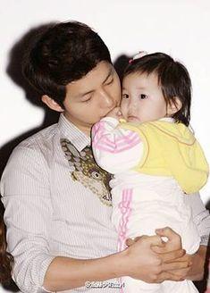 like a warm & loving dad.noticed how his lips lightly touching on baby's Lil fingers.really ❤❤cr logo Song Joong, Song Hye Kyo, Korean Celebrities, Korean Actors, Soon Joong Ki, Decendants Of The Sun, Korean Drama Stars, Songsong Couple, Kim Ji Won