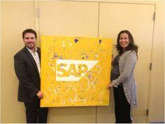 Adriel Sanchez y Moraima Garcia de SAP recibiendo nuestro regalito en sus oficinas de Nueva York. ¡Gracias por recibirnos!