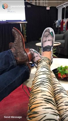 Gwen Stefani Wears Sneakers with Blake Shelton's Face on Them Blake Shelton Gwen Stefani, Blake Shelton And Gwen, Gwen And Blake, Gwen Stefani And Blake, Country Artists, Country Singers, Gwen Stefani Instagram, Perfect Together, Kelly Clarkson