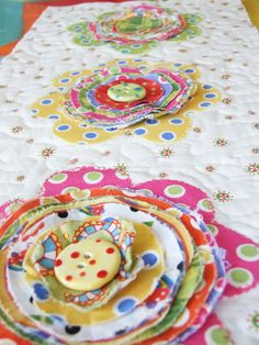 How to do flowers on quilt Shabby Chic Flower Pillow Tutorial — Therm O Web Shabby Chic Quilts, Shabby Chic Pillows, Shabby Chic Crafts, Vintage Shabby Chic, Applique Tutorial, Pillow Tutorial, Flower Quilts, Fabric Flowers, Quilting Tips