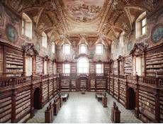 La bibliothèque des Girolamini (Naples, Italie). Construite en 1586, elle abrite plus de 160 000 livres.