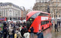 اصطدام حافلة ذات طابقين بمبنى في جنوب لندن -                                                  صورة تعبيرية       قالت الشرطة البريطانية اليوم إن حافلة ذات طابقين اصطدمت بمبنى في جنوب العاصمة لندن مما أسفر عن إصابة عدد من الأشخاص ومحاصرة راكبين داخلها. وقالت شرطة العاصمة إنها استجابت لبلاغ بوجود حادث تصادم في لافندر هيل على مقربة من محطة كلافام جانكشن للقطارات. وأضافت الشرطة في بيان نقل السائق إلى مستشفى في جنوب لندن. وتلقى عدد من الركاب العلاج في موقع الحادث على يد طاقم خدمة الإسعاف. وقالت…