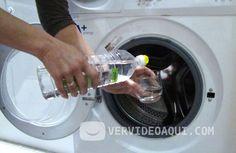 Añadir vinagre blanco a la ropa es excelente para mantenerla limpia y preservar sus colores. Si se le añade a la lavadora durante un ciclo específico, el vinagre puede actuar como suavizante de telas, antipelusa y reduce las alergias.  Lee los siguientes consejos para aprender las maneras más comu