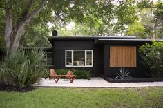 Mid Century House Exterior Design The Best Looks Natural - MagzHome Black House Exterior, Exterior House Colors, Modern Exterior, Exterior Paint, Exterior Design, Cottage Exterior, Traditional Exterior, Beach Bungalow Exterior, Black Brick