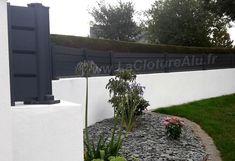 Brise-Vue Aluminium sur 4 lames ventilées. Le modèle persienne répond au besoin de se cacher de l'extérieur et de laisser passer l'air en cas de fortes rafales de vent. Sidewalk, Villa, House Design, Deco, Cas, Plants, Photos, Home, Gardens