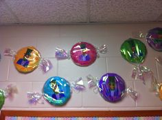 Candy themed bulletin board! Charlie and the Chocolate Factory Created by: Tara Simpson Charlie And The Chocolate Factory Crafts, Wonka Chocolate Factory, School Displays, Classroom Displays, Classroom Decor, Willy Wonka, Candy Bulletin Boards, Roald Dahl Activities, Roald Dahl Day