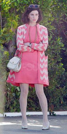 Jessica Paré in a pink dress and jacket on the set of Mad Men. Sixties Fashion, Retro Fashion, Vintage Fashion, Sporty Fashion, Ski Fashion, Winter Fashion, Jon Hamm, Don Draper, Jessica Paré