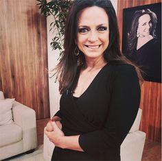 Claudia Tenório, apresentadora da REDE VIDA, usando peças da Alessandra Schmidt Acessórios Finos no seu programa VIDA MELHOR.