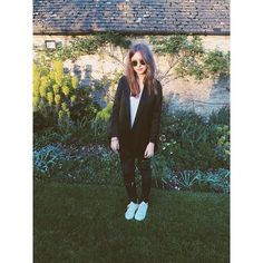sunbeamsjess @Instagram Love her hair and these vintage round ray bans.
