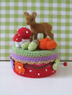 Villa kakelbont: Muziekdoosjes I think I am going to try and see if I can combine some patterns to make something like this. It's just SO dang cute!