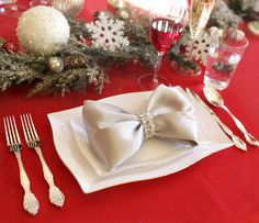 Christmas napkins and unusual folding ideas - Christmas party - All about ChristmasFancy Christmas Napkin Folding Ideas - Christmas Party - All about creative napkin folding techniques to raise your dining table - RMBO Christmas Table Settings, Christmas Tablescapes, Christmas Centerpieces, Holiday Tables, Christmas Decorations, Christmas Napkin Folding, Christmas Napkins, Noel Christmas, All Things Christmas