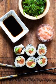 The BEST vegan sushi ever with perfectly seasoned tomato spicy tuna. Healthy delicious and ready in 30 minutes, no bamboo mat required. Cake Vegan, Vegan Sushi, Vegan Food, Meatless Monday, Dairy Free, Gluten Free, Vegetarian Recipes, Tasty, Cooking