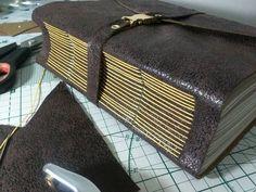 """Lindíssimo caderno ou diário feito à mão com costura artesanal Longstitch. Couro sintético nas cores acima e outras vistas em """"Mostruário"""". Preço de 500 folhas. Após confirmação de pagamento, aguarde 10 dias úteis para produção e envio. R$ 110,00"""