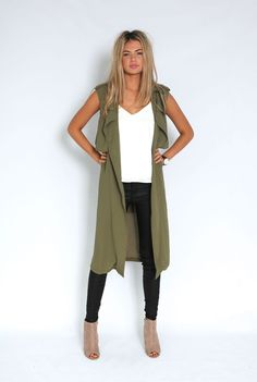 It's been a while since the military green came back with everything on the fashion circuit. The more closed, urban-print color, which has saved other. Long Vest Outfit, Vest Outfits, Mode Outfits, Casual Outfits, Fashion Outfits, Olive Green Vest Outfit, Look Blazer, Ärmelloser Mantel, Trench Coat Outfit